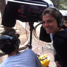 התסריטאית הראשית יושבת על האוזן של הבמאי החמוד